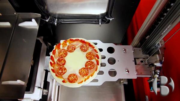 Пиццемат смешивает муку и воду, из которых готовится тесто для пиццы, затем вы сами выбираете начинку.