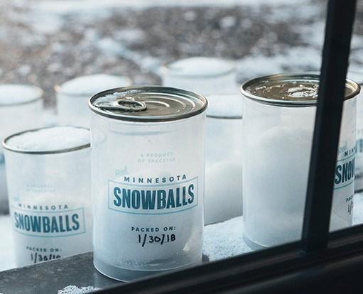 Снежки в тубусах в вендинговом автомате придуманном в Space150 для праздника Супербоул 2018