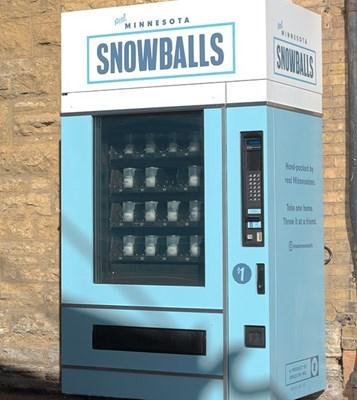 Вендинговый автомат со снежками от агенства Space150 к Super Bowl 2018 в Миннеаполис