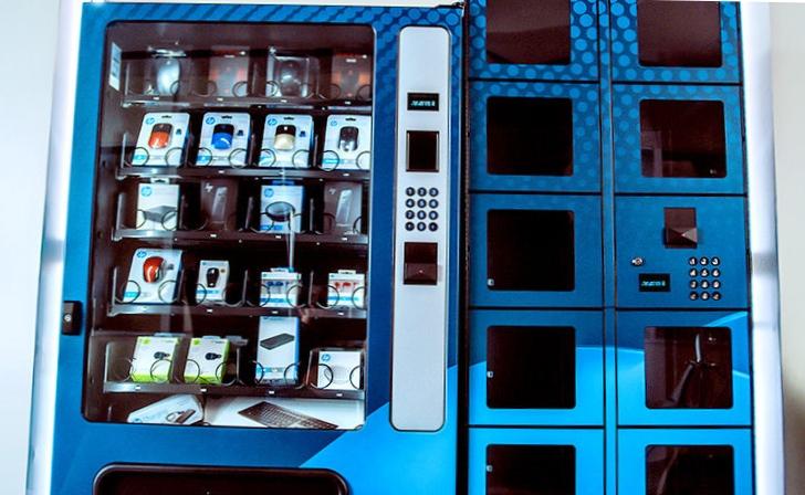 Вендинговый снековый автомат с аксессуарами для серверов из HP Tech Cafe
