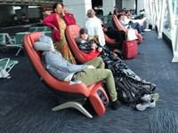Гуанчжоу. Вендинг-массажные кресла с людьми