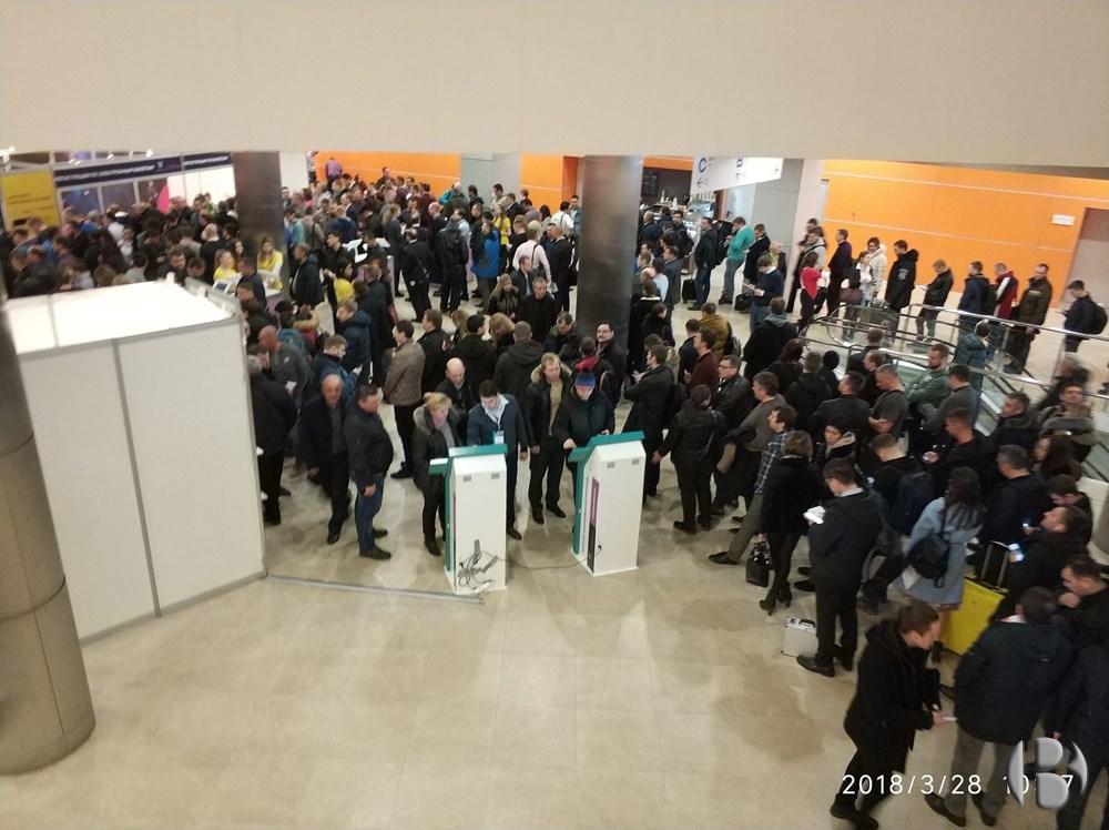 VendExpo 2018. Люди ждут оформления билетов.