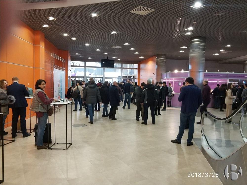 VendExpo 2018. Посетители проходят на выставку через турникеты по бейджам