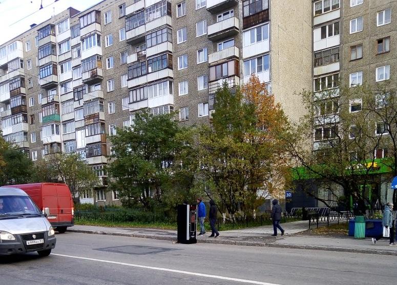Вендинговый кофейный автомат на улице Баумана в Мурманске