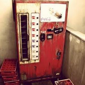 Совсем забытый автомат кока-колы. А это деревянный автомат, чт