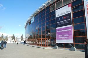 Выставка ВендЭкспо 2018. Москва. ВДНХ. Вид на павильон с баннером от 2 апреля 2018 г.